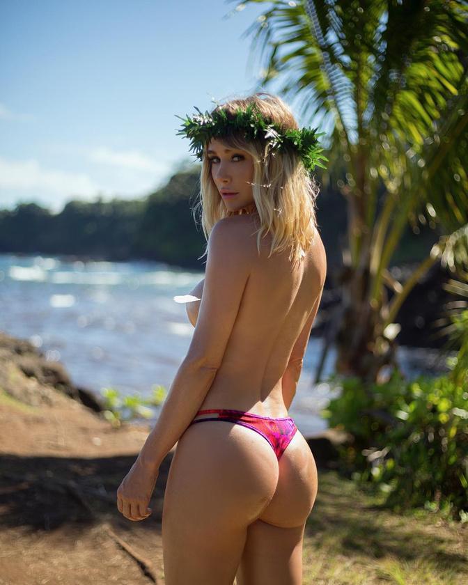 Ami vetkőzéseit illeti, Sara Jean Underwood először 2005 októberében fordult meg a Playboyban