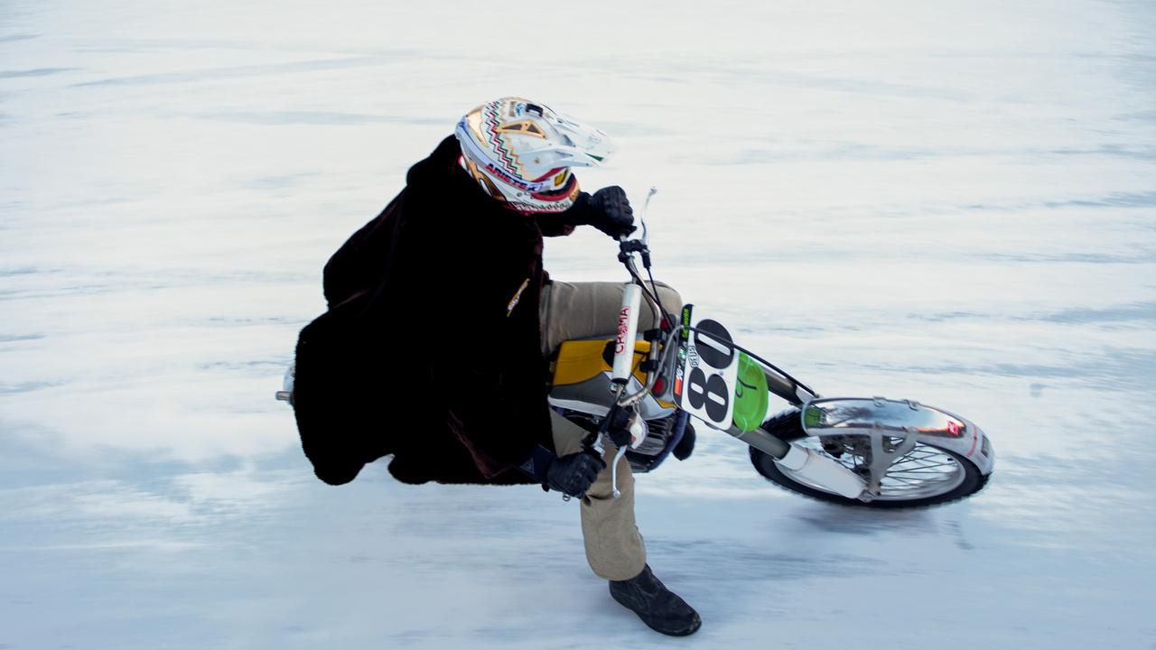 Bundában is lehet jégen csúszni, itt épp egy korabeli Puchon