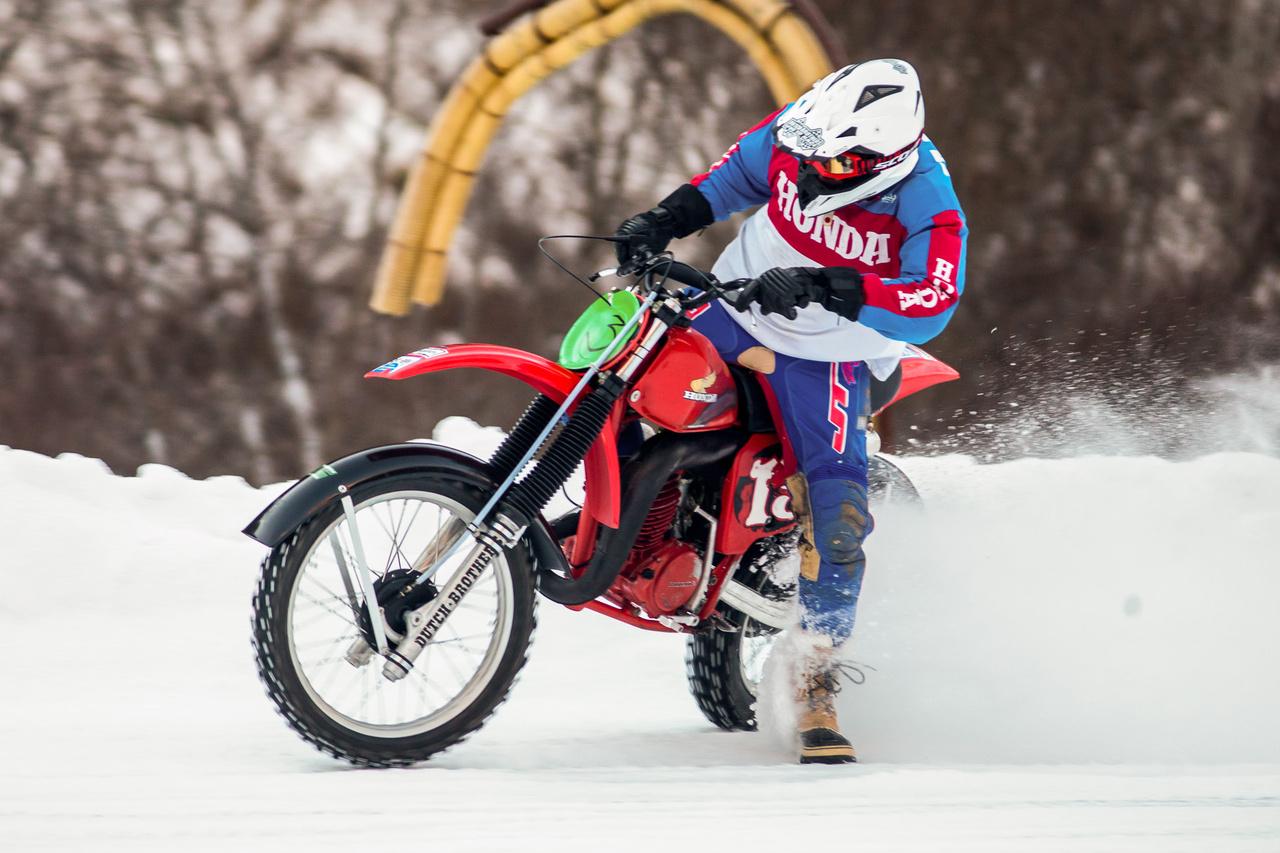 A flat track sport egyik európai úttörője, Jan-Willem Jansen, Svájcból érkezett, és egy csodálatos vintage motokrossz Hondát alakított át a versenyre. Az abszolút harmadik helyen zárta a napot