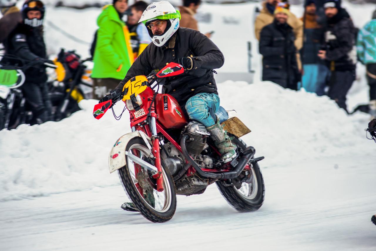 Vittorio Veggetti, az olasz enduró király egy Moto Guzzi nyergében. Kissé szürreálisnak hatott, amint a keresztben V kettes monstrum piszokgyors tempóban szinte úszott a jégen