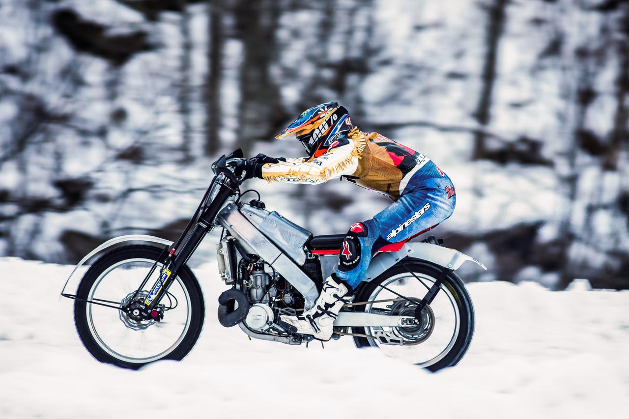 Az abszolút győztes, Giovanni Bussei inkább a jég felett repült, mintsem azon ment, kétütemű ötszázas krossz Hondájával. A motor csak az utolsó pillanatban indult be, de Bussei így is a legjobb időt futotta