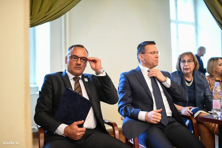 Borkai Zsolt a MOB elnöke és Fürjes Balázs a kiemelt beruházásokért felelős kormánybiztos a Fővárosi Közgyűlés szerdai ülésnapján, ahol az olimpiai népszavazás volt napirenden.