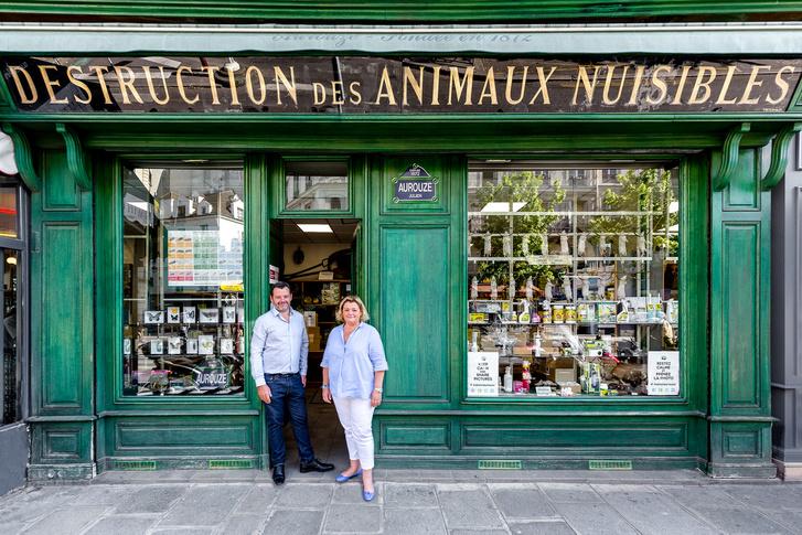 A testvérpárt, Julien és Cécile Aurouze-t már a negyedik generáció a családban, aki itt dolgozik. A boltuk kirakatában felvonultatott patkányok hada egyúttal a cégérük is