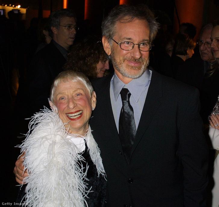 Steven Spielberg és édesanyja a Shoah Foundation's Humanity Through Technology díj gálaestjén a Természettudomáyni Múzeumban, New Yorkban 2001. jan. 10-én