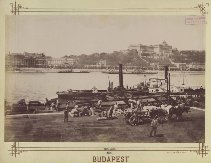 Kikötő a pesti alsó rakpartnál. A Duna túlpartján a Várkert Bazár és a Királyi Palota. A felvétel 1890 után készült.