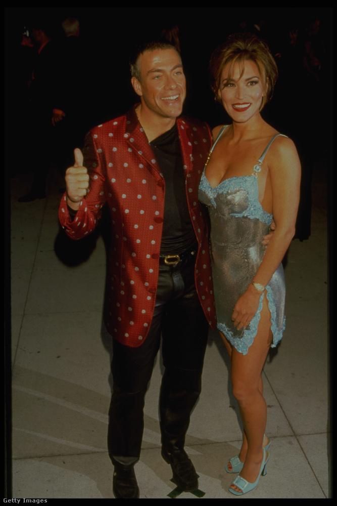 Nézzen rá a szemével a 20 évvel ezelőtti Jean-Claude Van Damme csodálatos, túró rudit idéző szerkójára és a hirtelen felkeltett hölgyre mellette