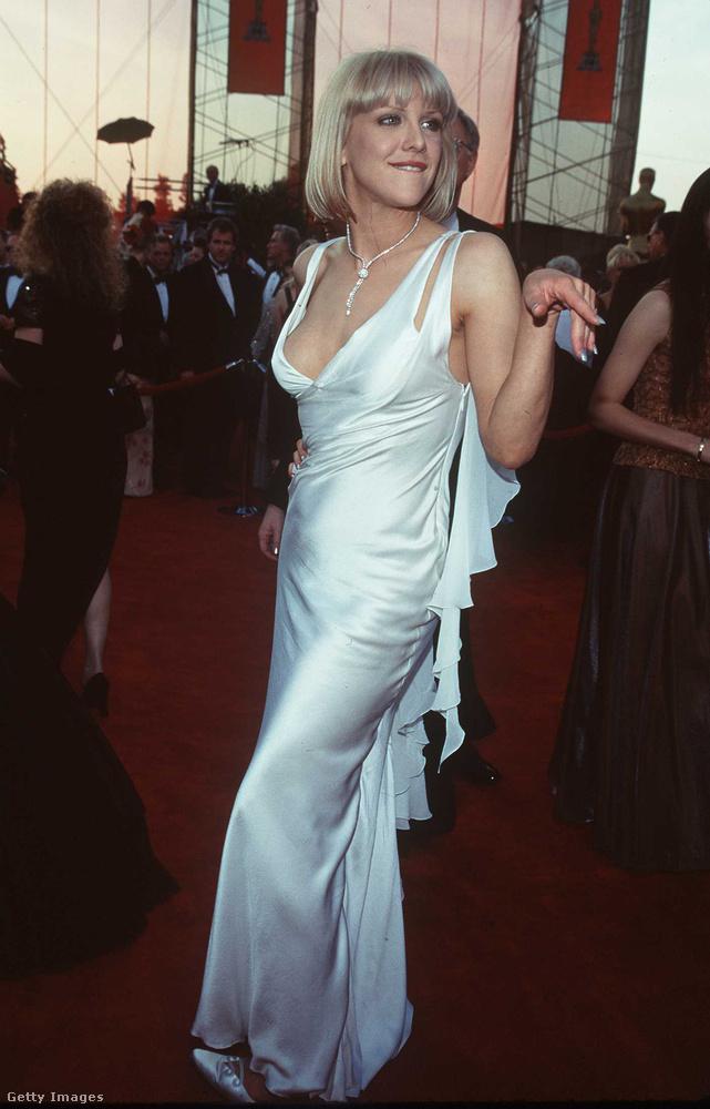 Courtney Love arra tett kísérletet, hogy megtudja, hány csipcsipcsóka támadja meg a kézfejét, ha kinyújtja