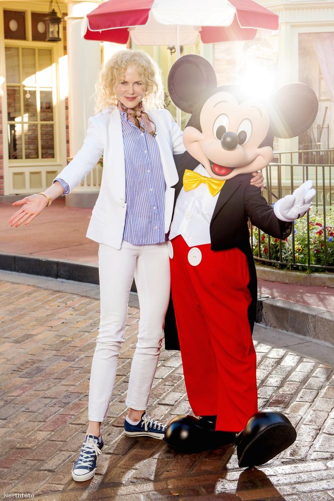 Minden más szituációban könnyen felismerhető lenne Nicole Kidman, de Miki egér mellett pózolva, hirtelen nem ismertük fel.