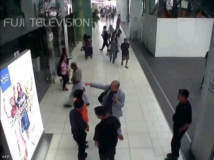 A reptéren segítséget kérő Kim Dzsongnam, miután feltehetően megmérgezték a váróban.