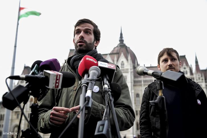 Fekete-Győr András és Soproni Tamás a Parlament előtt tartott sajtótájékoztatón