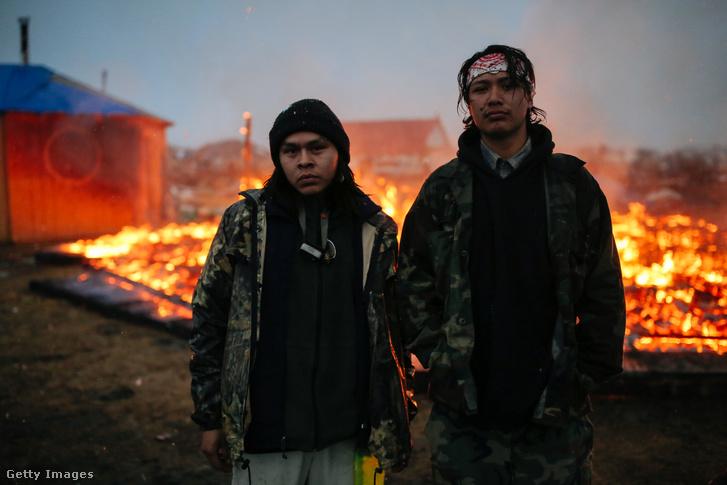 A levonuló tüntetők felgyújtották a sátraikat a táborban.