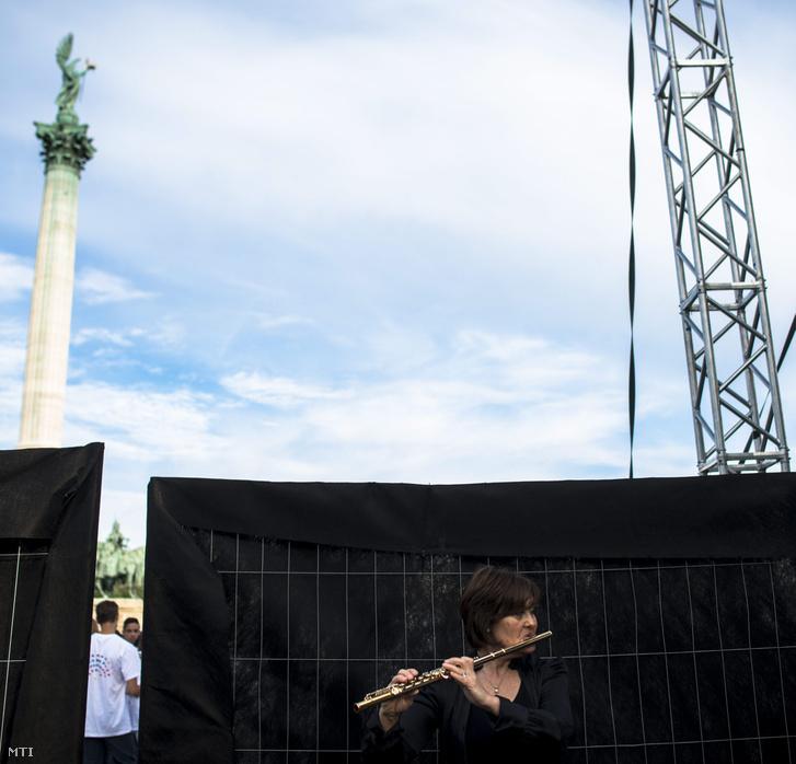 Fuvolista gyakorol a Budapesti Fesztiválzenekar Tértánckoncertje előtt a budapesti Hősök terén 2015. június 18-án.