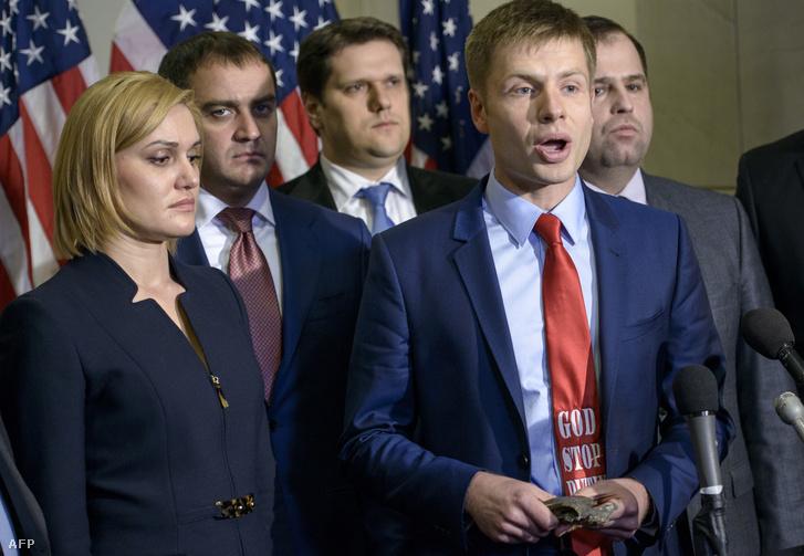 Olekszij Honcsarenko 2015 februárjában (Isten állítsa meg Putyint!-feliratú nyakkendőben)