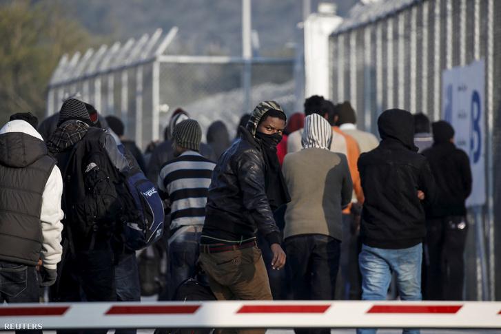 Menekültek érkeznek a Moria Menekülttáborba