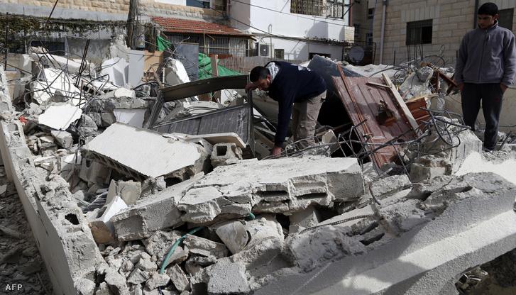 Lerombolt palesztin házak Jeruzsálem Beit Hanina negyedében, ahol engedély nélkül építkeztek a lakók.