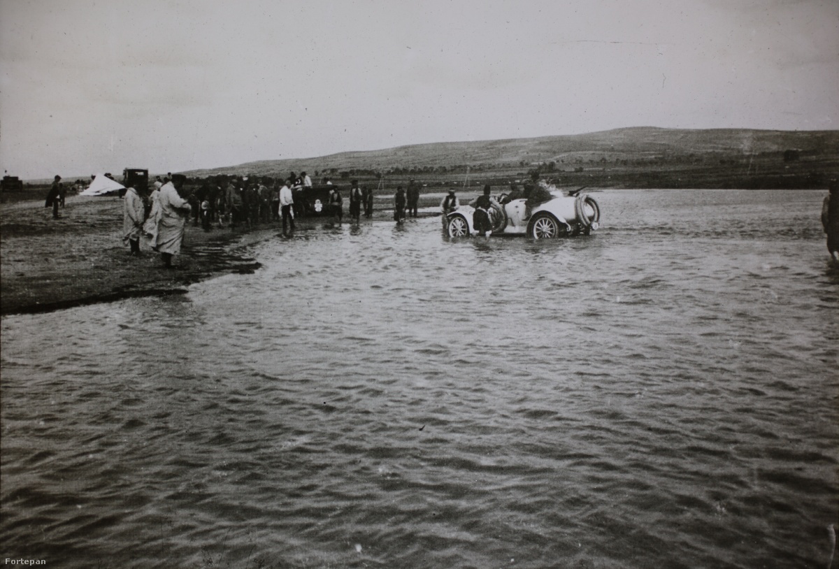 """""""Drinápoly előtt pedig a folyón gázlókon mentünk át, ahol is a gázlóval ismerős törökök mentek a kocsik előtt és mutatták az utat."""" – írta Csermely Károly."""