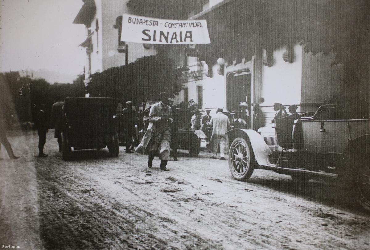 """""""Az út érdekességei közé tartozott, hogy Szinajában [Sinaia] a román trónörökös meghívására megnéztük a királyi parkot. Itt láttuk az egész királyi családot, az akkori román királyt Károlyt, feleségét Carmen Silviát, a fiukat a későbbi román királyt Ferdinándot és unokájukat Károlyt, aki szintén később román király lett"""" – emlékezett vissza Csermely Károly, korai magyar automobilista és aviatikus, akinek önéletrajzát néhány évvel ezelőtt a szemétből guberálták ki a Fortepan alapítói."""