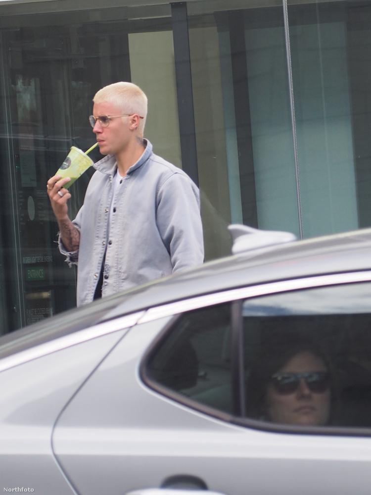 Justin Bieber Hollywood egyik utcáján sétálva valamilyen dzsúzt iszik.