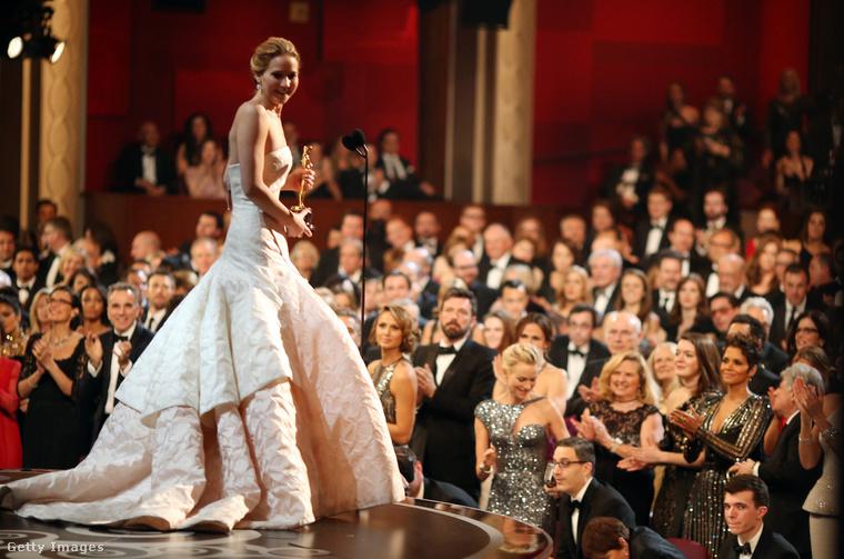 Jennifer Lawrence átveszi az Oscar-díját a Napos oldal című filmben nyújtott alakításáért.
