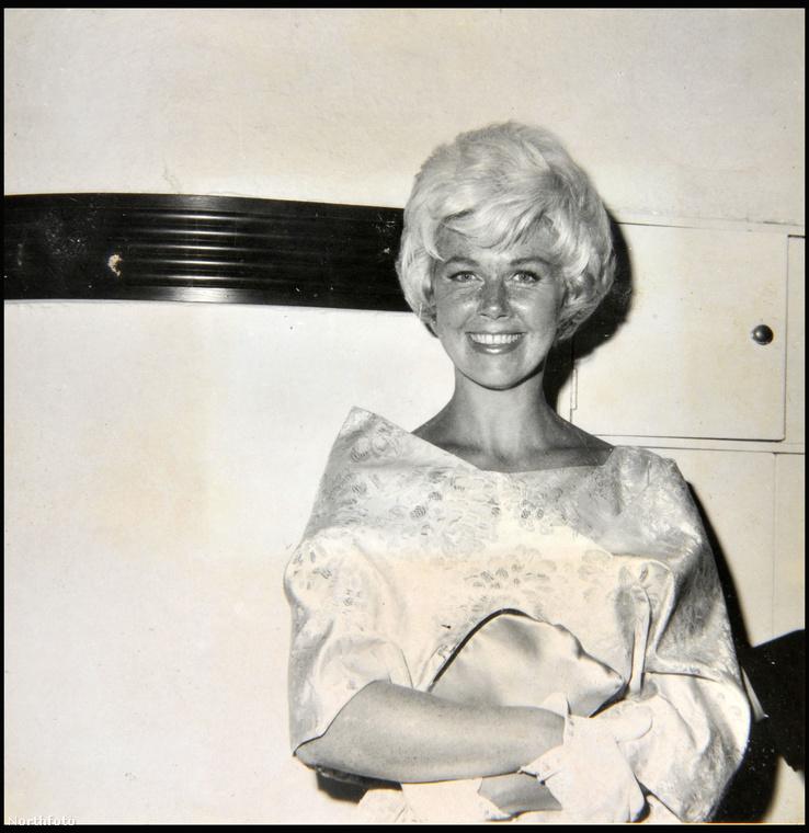 Az amerikai színésznő-énekesnő, Doris Day is mosolyogva pózolt a fényképezőgép előtt