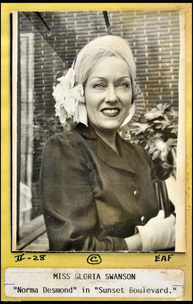Ő pedig Gloria Swanson, aki Normand Desmondot játszotta az Alkony sugárút (Sunset Boulevard) című, 1950-es filmben.