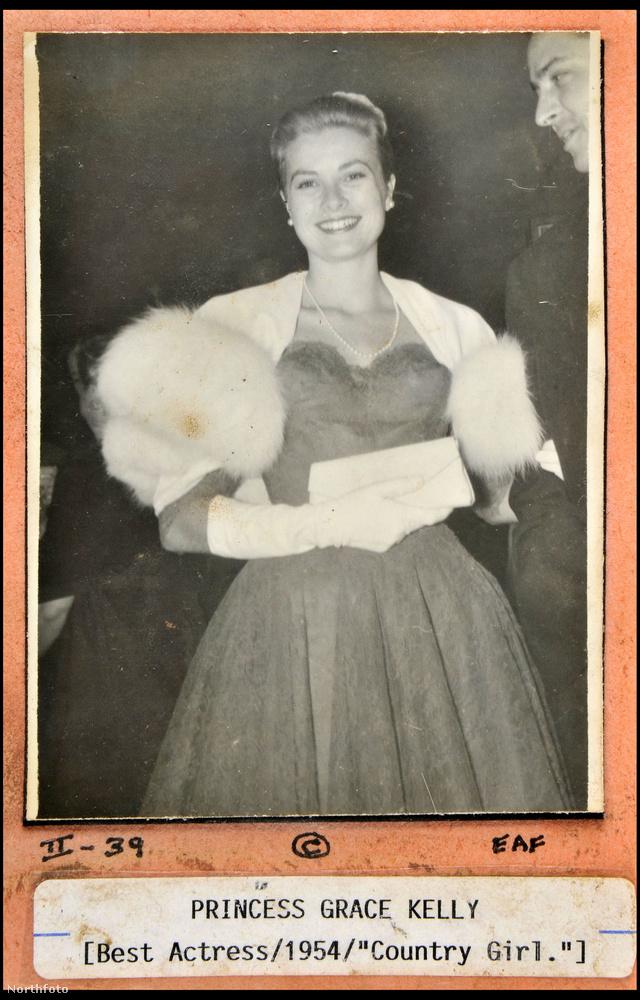 És íme Grace Kelly!A kép annak állít emléket, hogy a színésznő 1955-ben megkapta a legjobb női főszereplő Oscar-díját a Vidéki lány című filmben nyújtott alakításáért.