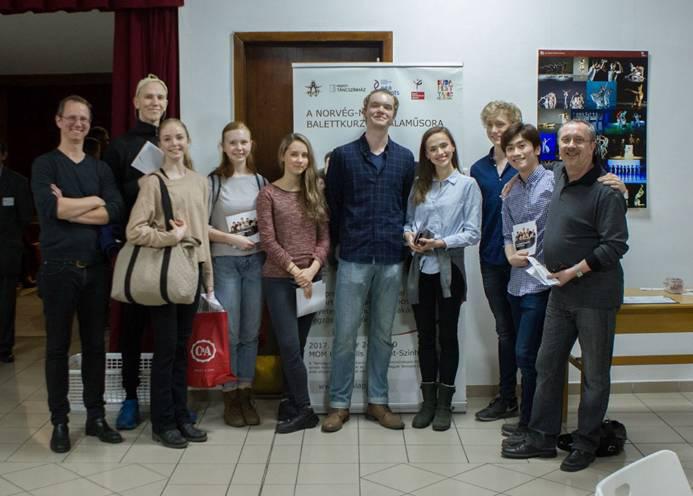 Balra Jahn Magnus Johansen a norvég hallgatókkal és Szolnoki Zoltánnal, az oslói egyetem docensével az MTE bemutatkozó előadás szünetében.