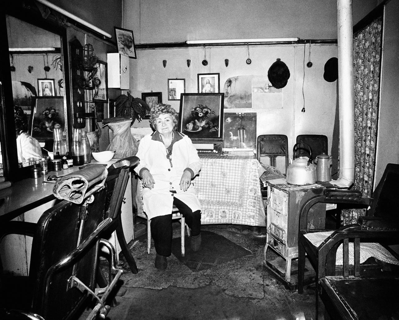 Fordászműhely a vaskályhán teáskannával és kávéfőzővel, a rádión csendélettel, a falon Krisztussal és Máriával.