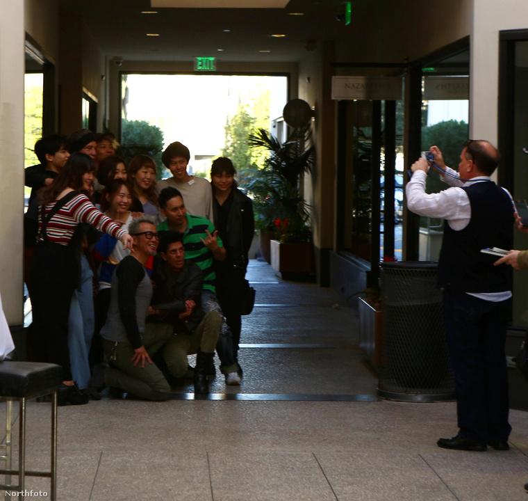 Valahogy így néz ki Mickey Rourke a rajongók gyűrűjében.