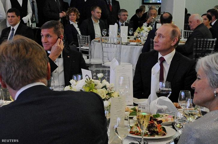 Vlagyimír Putyin orosz elnök és Michael Flynn 2015. december 10-én Moszkvában az Russia Today televíziós csatorna tizedik évfordulója alkalmából szervezett fogadáson.