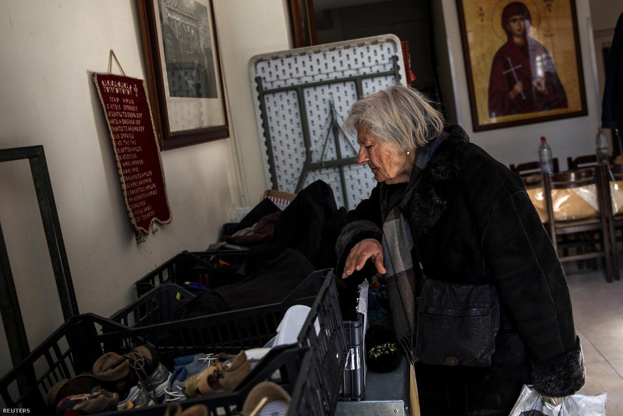 Görögországban a jóléti állam munkanélküliséget megkönnyítő funkciói történelmileg sosem voltak túl erősek: amikor valaki bajba került, jellemzően inkább a családjára számíthatott. A válság miatt ugyanakkor gyakran teljes családok szegényedtek el egyszerre, így ha valaki munka nélkül maradt, sokkal nagyobb eséllyel szegényedett el, mint korábban. A megszorítások a szociális kiadásokon belül az egészségügyet érintették talán a legkomolyabban, ezért sok pszichiátriát és drogrehabilitációs intézetet zártak be. A 11 milliós Görögországban nagyjából 800 ezer ember maradt egészségbiztosítás nélkül.