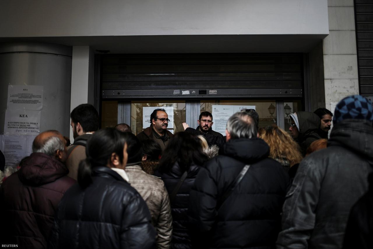 A 2010-es első görög mentőcsomagot még kettő másik követte 2012-ben és 2015-ben, ezért cserébe pedig 2010 és 2016 között a görög kormányok 12 megszorításokat, adóemeléseket és különféle reformokat tartalmazó gazdasági intézkedési csomagot fogadtak el. Bár a mentőcsomagok megmentették az országot az államcsődtől, a pénzért cserébe elvárt megszorítások nem húzták ki a recesszióból az országot.