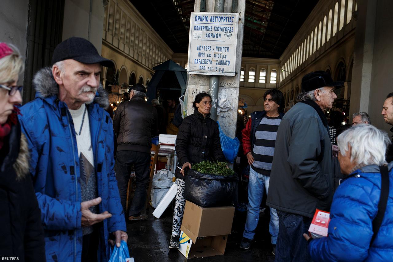 Hét évvel az első görög segélycsomag elfogadása után Görögországban még mindig 23 százalék a munkanélküliség, az államadósság GDP-arányosan 175 százalék, a GDP pedig 2017 utolsó negyedévében 0,4 százalékkal esett vissza. Az IMF legfrissebb jelentése szerint ráadásul még évtizedekig maradhat a magas munkanélküliség, és arra sincs sok esély, hogy a közeljövőben érdemben csökkenjen az államadósság.