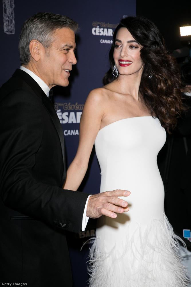 A gyerekek júniusban születnek, tehát ezen a fotón George Clooney felesége az ötödik hónapban lehet.