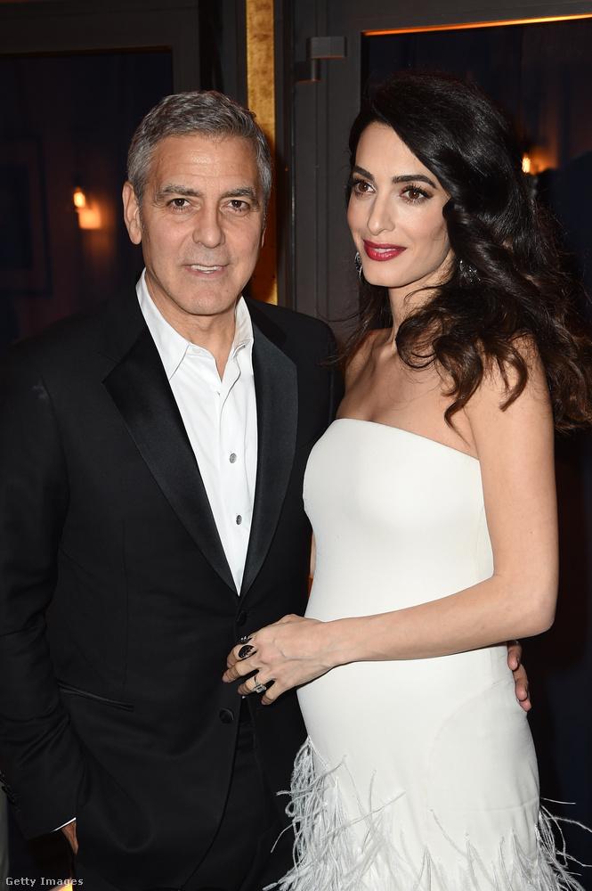 Igen, jól látja, az ott takarásban Amal Clooney gömbölyödő terheshasa.