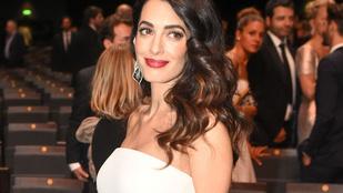 Amal Clooney testhez simuló ruhában mutatta meg, milyen látványosan terhes