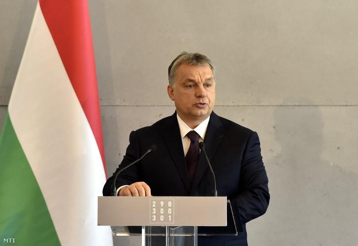 Orbán Viktor miniszterelnök beszédet mond a Nemzeti Örökség Intézetének (Nöri) megemlékezésén a Rákoskeresztúri új köztemető látogatóközpontjában a kommunizmus áldozatainak emléknapján, 2017. február 25-én.