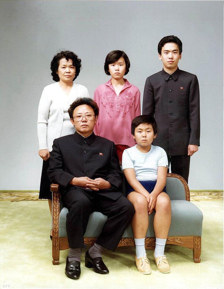1981. augusztus 19. Kim Dzsongil és családja. Az észak-koreai vezető mellett fia, Kim Dzsongnam ül. Mögöttük bal szélen Szjong Herin, Kim Dzsongil sógornője, mellette annak lánya Li Namok, és fia Li Ilnam.