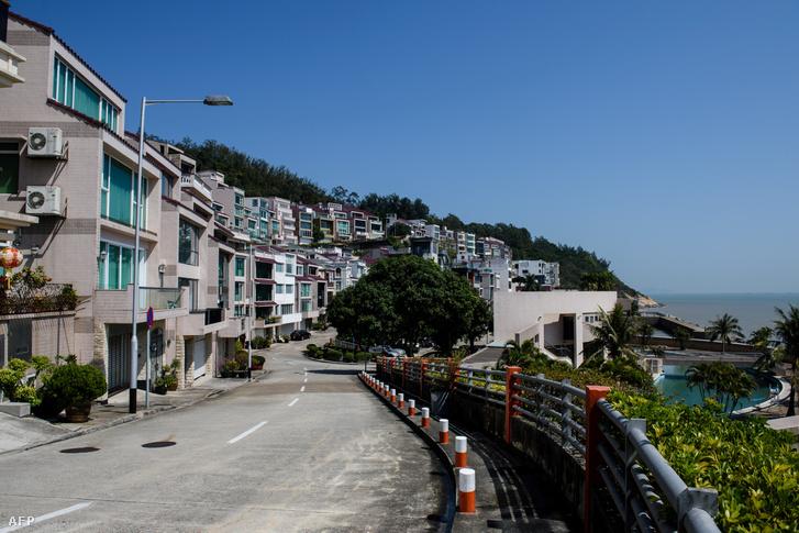 Az egyik makaói villa (bal szélen), ahol Kim Dzsongnam állítólag lakott