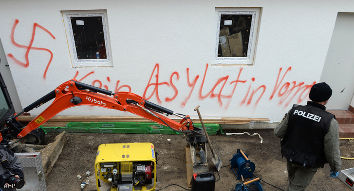 Horogkereszt és menekültellenes felirat a vorrai menekülttáborban