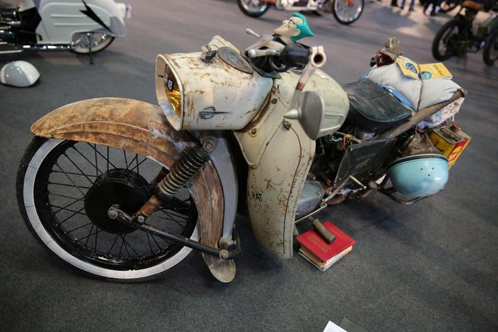 Hogy csalás-e moped kategóriában indulni egy 125-ös Trophyval? Ha egy 125-ös robogó, vagy egy váltós Schwalbe idefér, akkor ez is.
