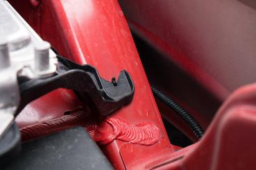 A motortét felső részein még van egy réteg pirosas festék, lejjebb és a nem látható részeken még ennyit sem kapott