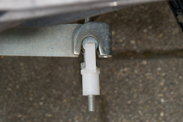 Bovdenes kuplung, egyszerű állítani, mint egy Wagon R+-ét, de nem is túl pontosan érzékelhető a fogási pontja