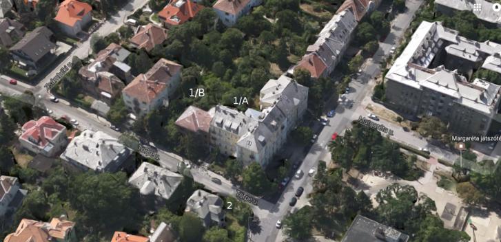 A kép felső részén a Kiss János altábornagy utca sorházai, melyek a Törpe utca 1/A-ban folytatódnak. Mellette a 2015 decemberében lebontott Törpe utca 1/B, ahova most új társasházat terveznek. A kép alján a Törpe utca 2. látszik, a régi villa, amit azóta szintén lebontottak, s a helyére közösségi ház épül. A felvétel 2011 novemberében készült.