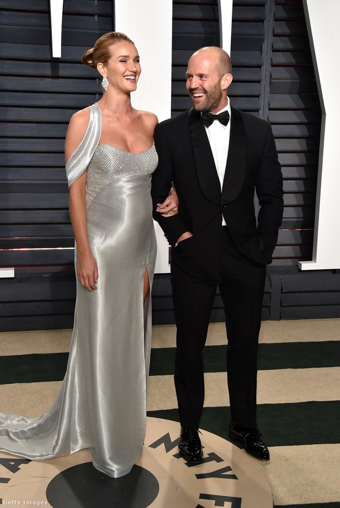 A következő képeken Rosie Huntington-Whiteley-t és Jason Stathamet láthatják, a Vanity Fair Oscar utáni partiján.Eleinte csak tippeltünk, aztán bejelentették, hogy a modell és a színész első gyermeküket várják - most pedig már tényleg nehéz lenne tagadni, na.