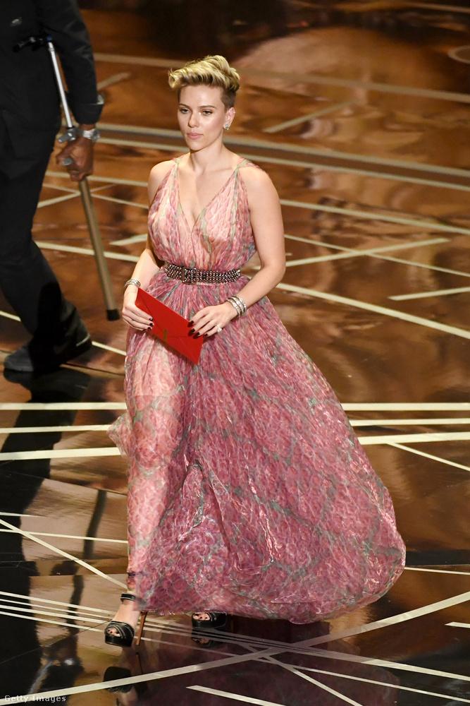 A lelkivilág megnyugtatásaképp szólunk, hogy Scarlett Johansson nem egyedül kullogott végig az Oscar-on, pedig erre számítottunk annak tudatában, hogy zátonyra futott a házassága Roman Duriac-kal