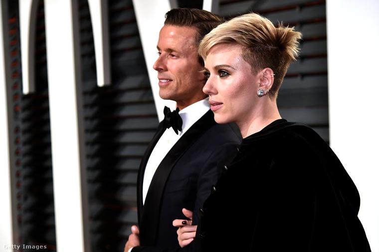 A fekete öltözékük már a Vanity Fair Oscar-partynak szólt, itt viszont már fáradtabbnak tűnt a páros