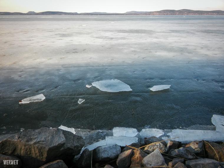 Sok helyen a jégtakaró még feszesen tartja magát, de ha figyelünk, észrevesszük a rianásokat, apró koppanásokat, a jég folyamatosan repedezik.Rámenni sajnos már nem biztonságos!