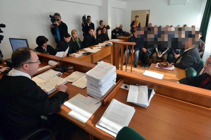 Megkezdődött annak a 10 határsértőnek a tárgyalása akik még 2015. szeptember 16-án a röszkei összecsapások idején léptek Magyarországra a kidöntött kapun keresztül. (2016. március)