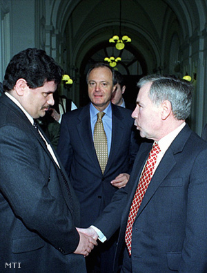 Horn Gyula miniszterelnök Medgyessy Péter pénzügyminiszter társaságában látogatást tett a Postabank és Takarékpénztár Rt. budapesti központjában.